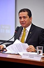 CCJ aprova PEC que cria carreira de estado para médicos com salário de R$ 15 mil