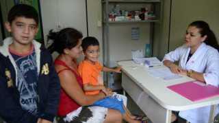 Médica de família 'dirige Chevette e namora Creisom' em apostila para concurso