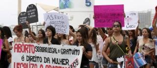 Manifestantes pedem legalização do aborto na orla de Copacabana
