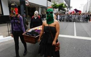 Manifestantes simulam cortejo fúnebre em ato pela legalização do aborto no País