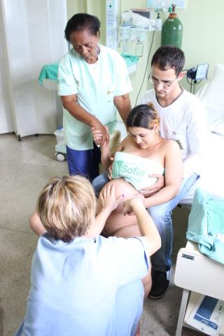 Hospital do SUS reduz episiotomia ao tirar médico do parto normal