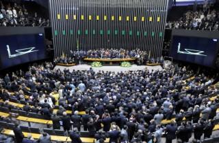 Deputados financiados por planos de saúde declaram guerra ao SUS